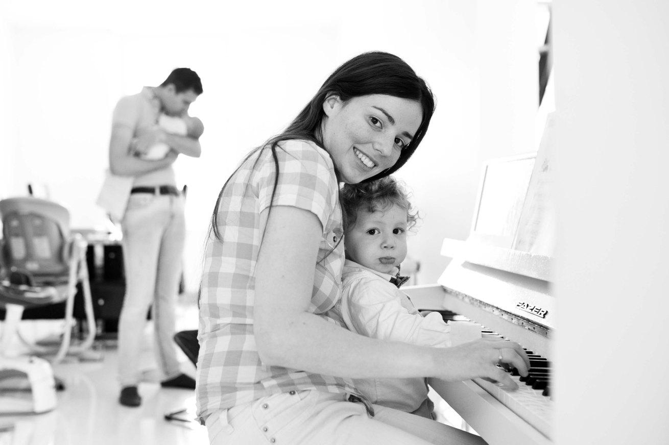 Maman et fils jouent au piano