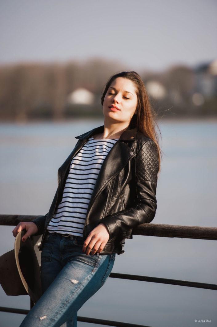 Portrait d'une femme sur les quais de la Loire